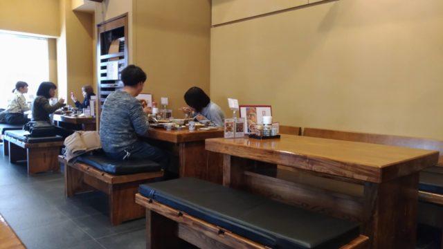 山本屋本店のテーブル席